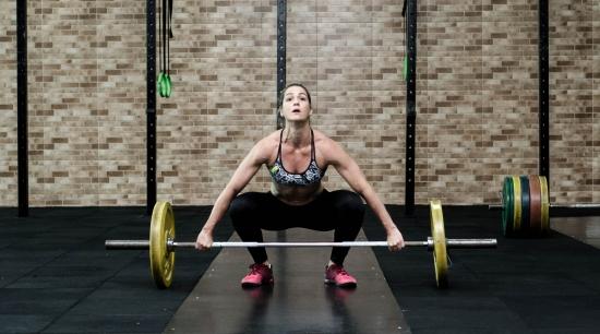 Weight training / image source: Isabella Mendez / pexels.com